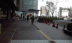 2012_12_14_12_07_阪急前_歩道